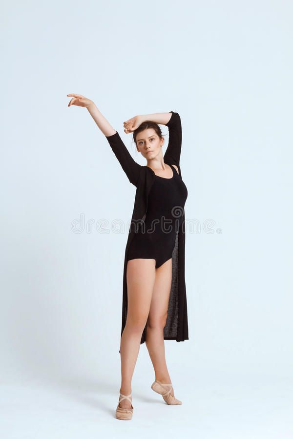 摆在白色背景的年轻美丽的当代舞蹈家 复制空间 库存照片
