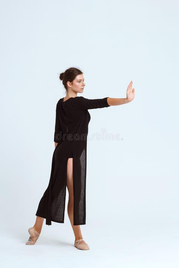 摆在白色背景的年轻美丽的当代舞蹈家 复制空间 图库摄影