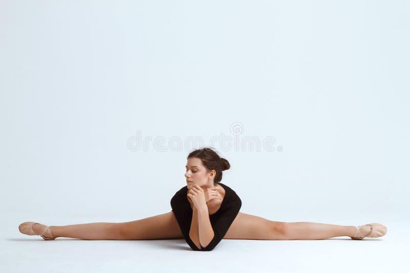 摆在白色背景的年轻美丽的当代舞蹈家 复制空间 免版税库存图片