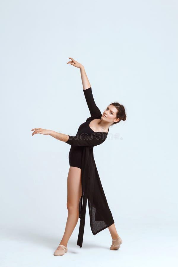 摆在白色背景的年轻美丽的当代舞蹈家 复制空间 免版税图库摄影