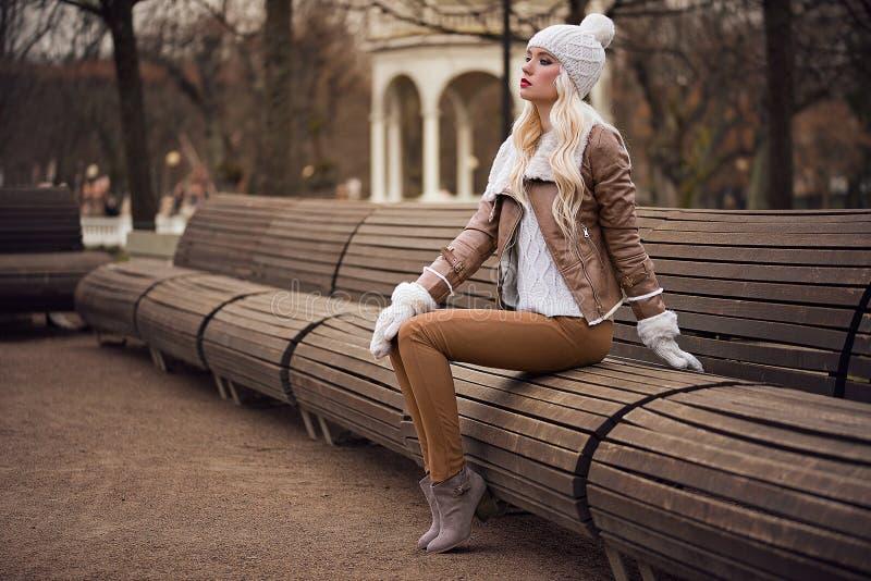摆在的美丽的白肤金发的女孩 免版税库存图片