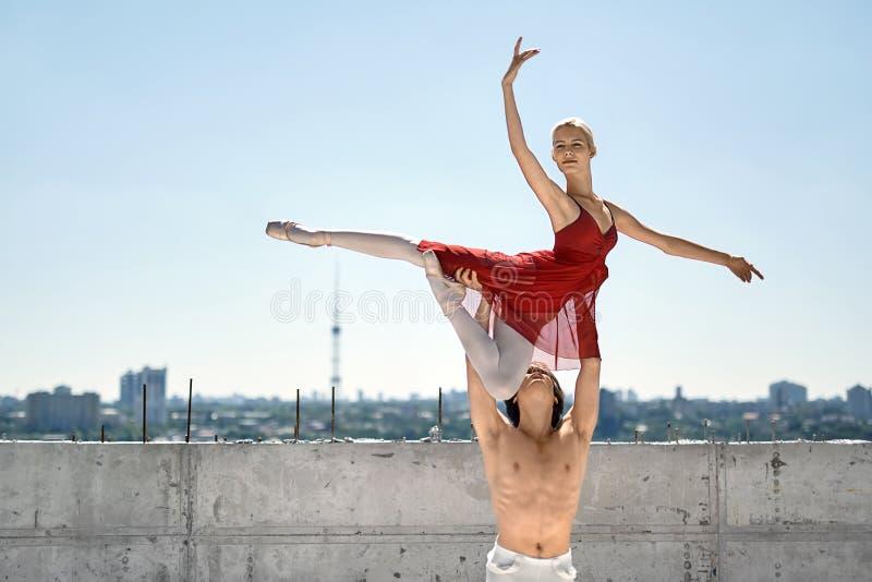 摆在的跳芭蕾舞者户外 免版税库存照片
