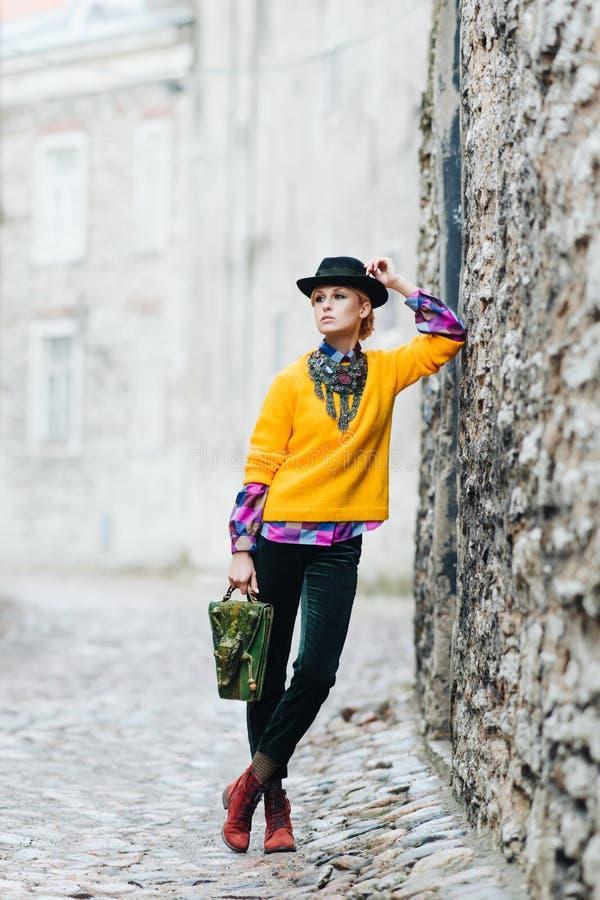 摆在老镇的美丽和时髦的女孩 免版税图库摄影