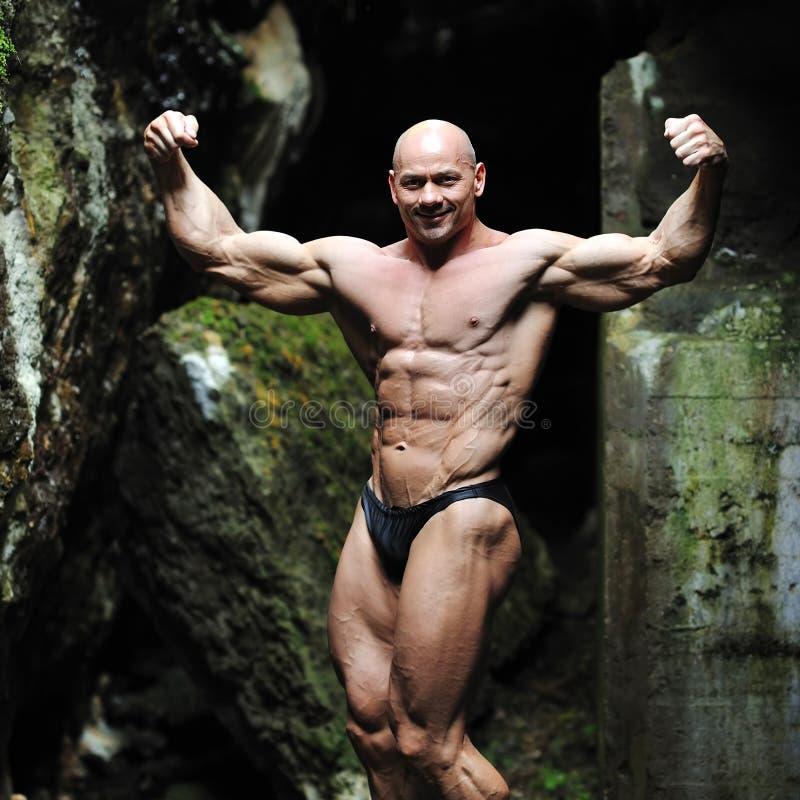 摆在肌肉的男性的模型户外 免版税库存照片