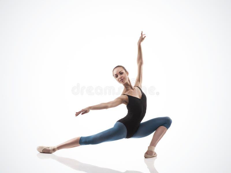 摆在脚趾的黑成套装备的芭蕾舞女演员 库存照片