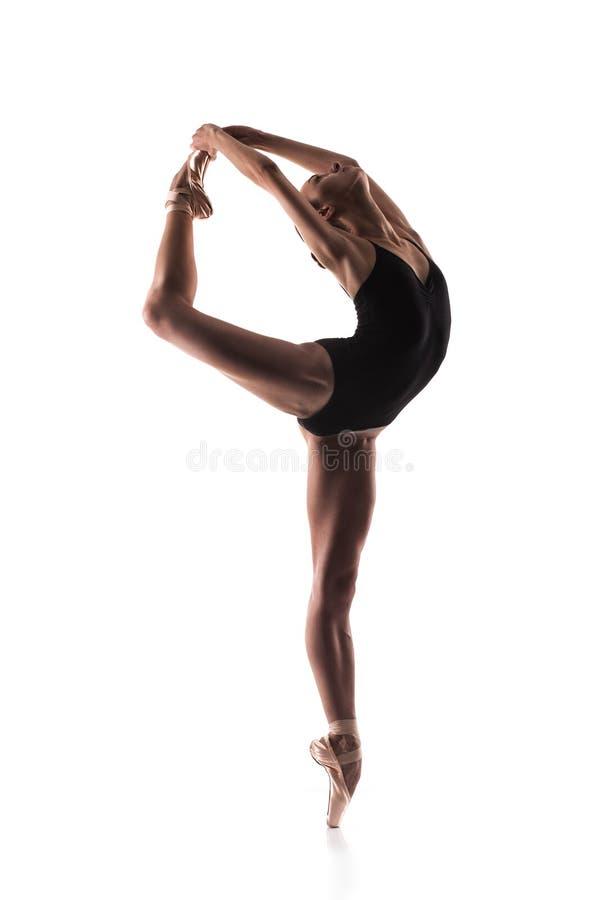 摆在脚趾的黑成套装备的芭蕾舞女演员 免版税库存图片