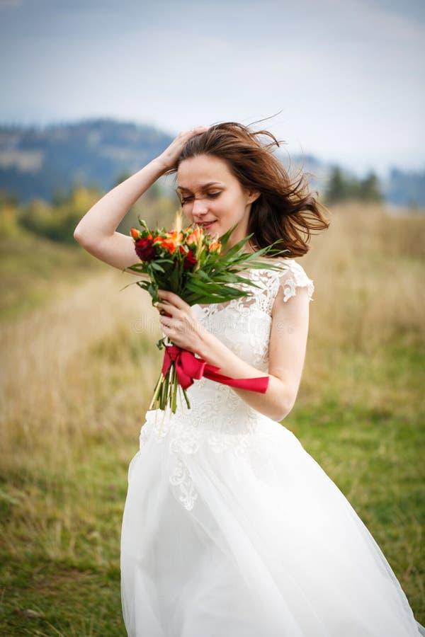 摆在自然附近的美丽的新娘 图库摄影
