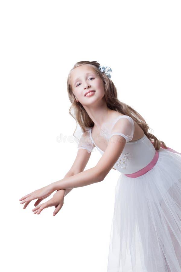 摆在舞蹈的优美的女孩在照相机 免版税库存照片