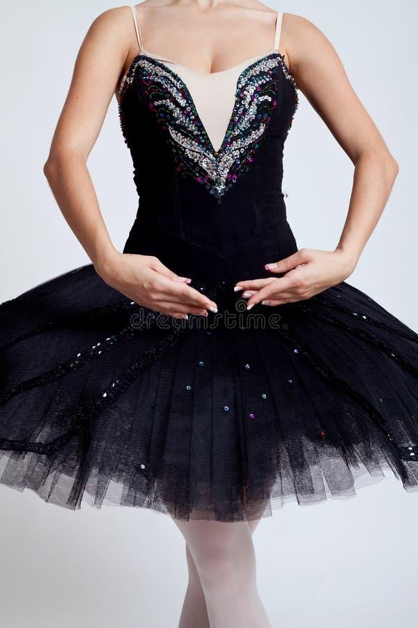 摆在芭蕾舞短裙年轻人的芭蕾舞女演&# 库存图片