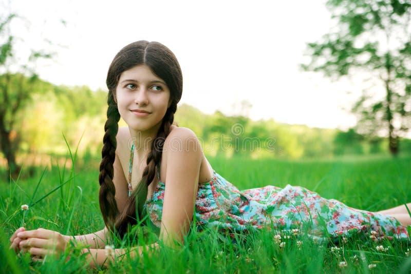 摆在草的好女孩 图库摄影