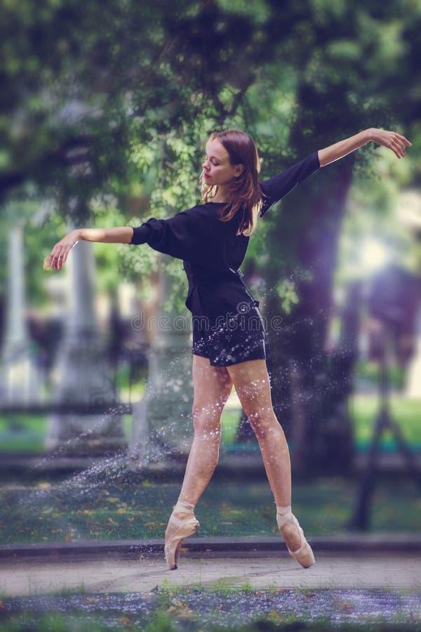 摆在莫斯科市的中心的芭蕾舞女演员 库存图片
