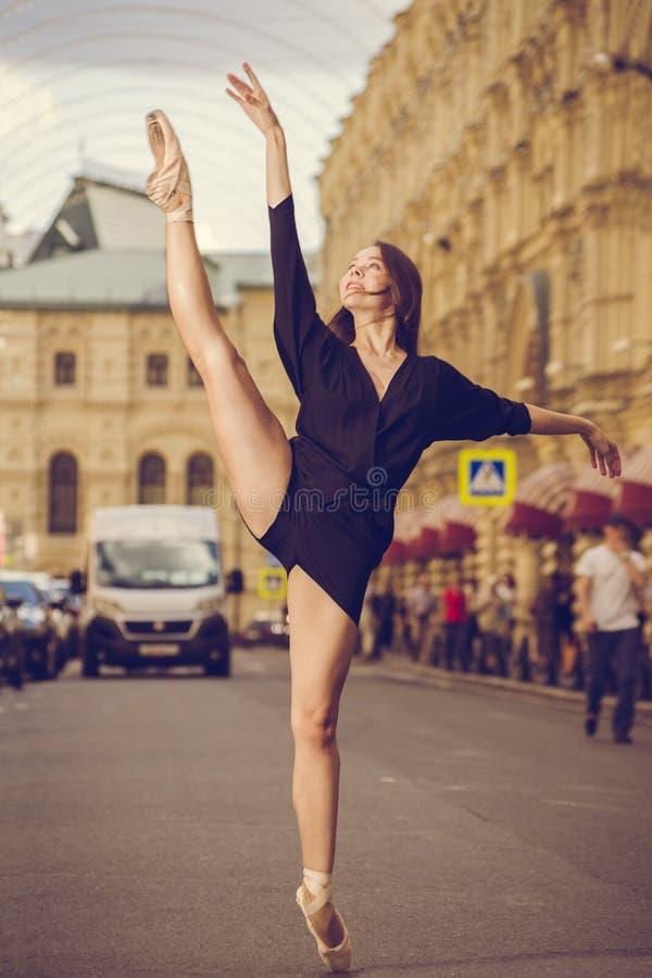 摆在莫斯科市的中心的芭蕾舞女演员 图库摄影