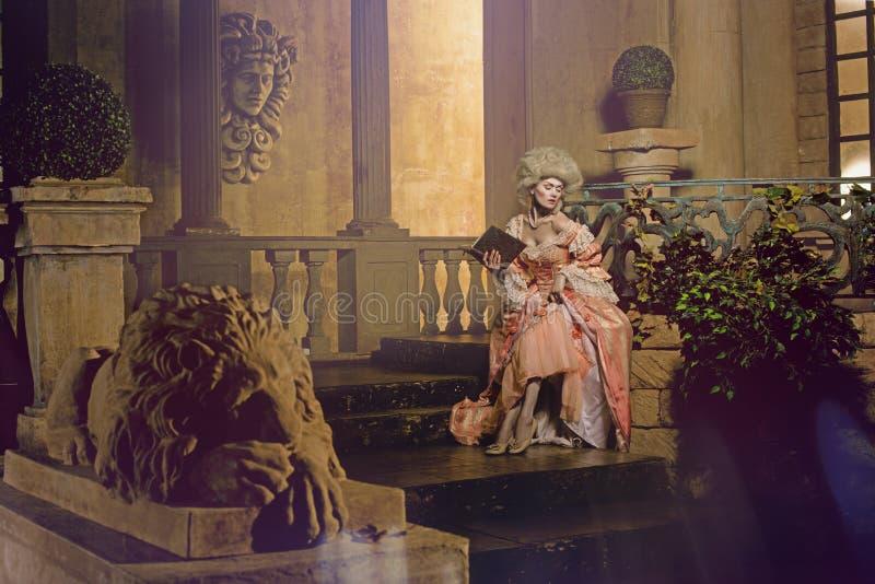 摆在葡萄酒外部的18世纪图象的少妇 库存照片