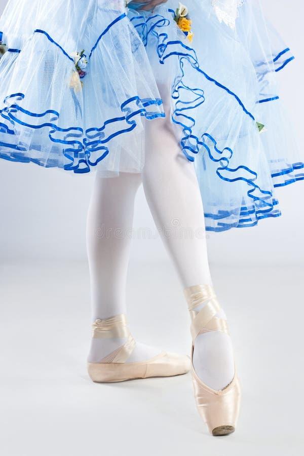 摆在蓝色礼服的美丽的芭蕾舞女演员 免版税图库摄影