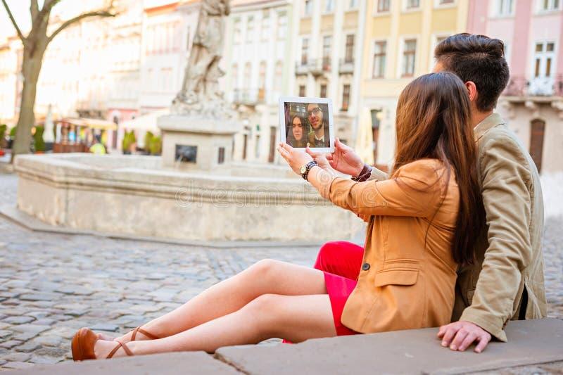 摆在街道上的年轻夫妇 库存照片