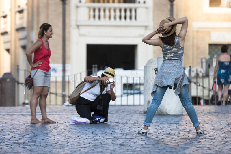 摆在象在梵蒂冈的一个模型的女孩 图库摄影