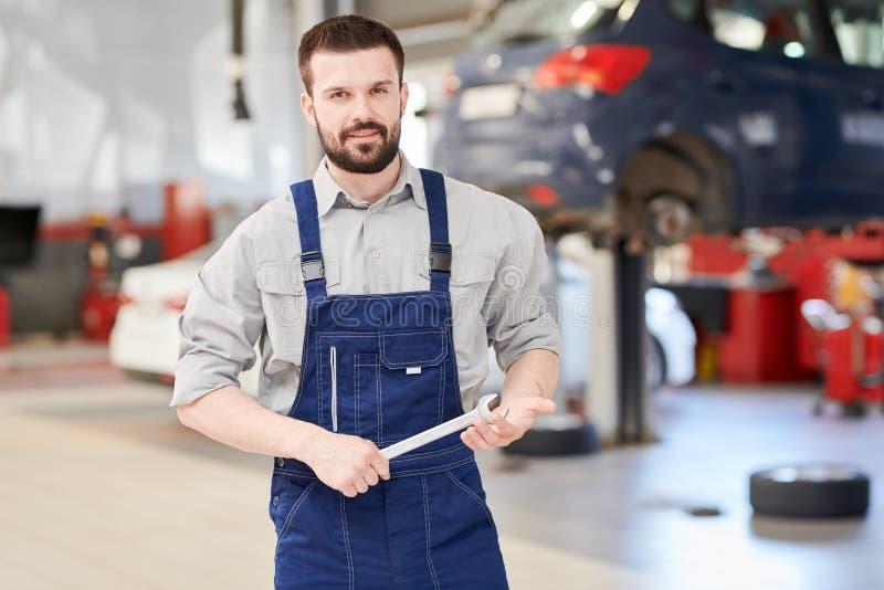 摆在车间的汽车修理师 免版税库存照片