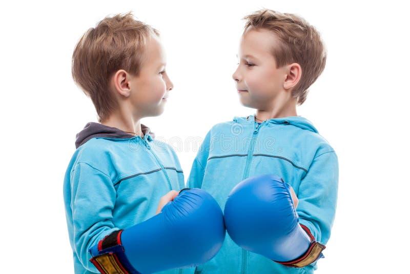摆在逗人喜爱的双的男孩看彼此 图库摄影