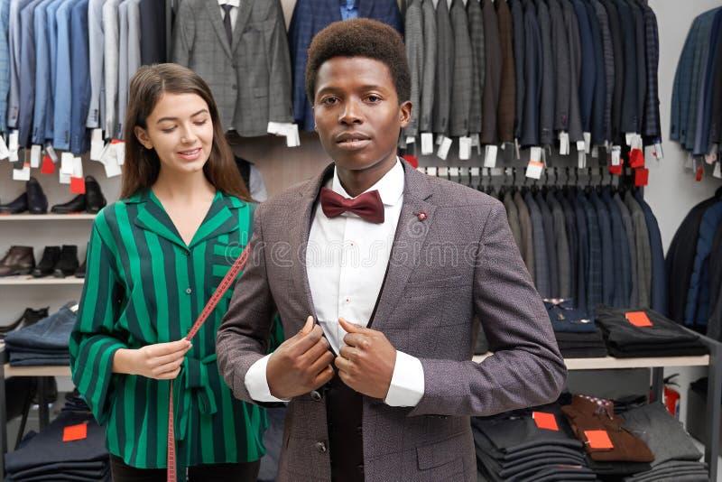 摆在非洲的人,在精品店的适合的灰色衣服 免版税库存照片