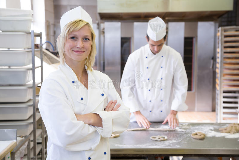 摆在面包店或面包店的贝克 免版税图库摄影