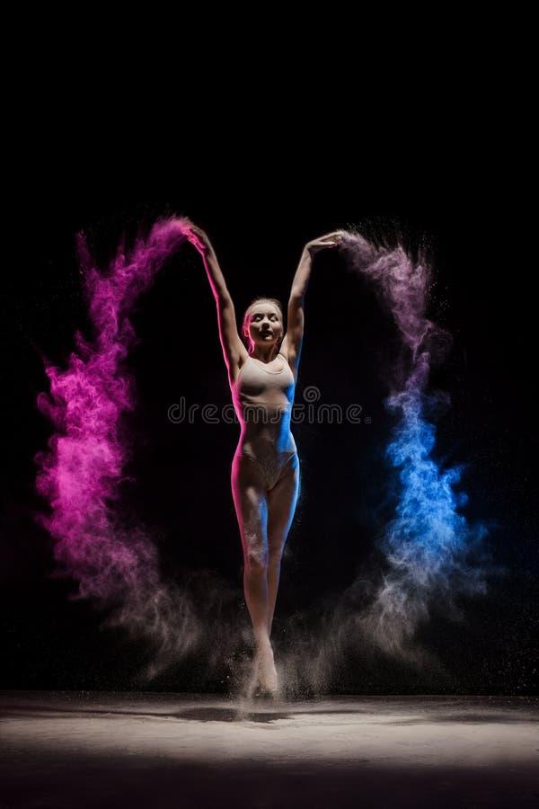 摆在颜色尘土云彩的优美的女孩  图库摄影