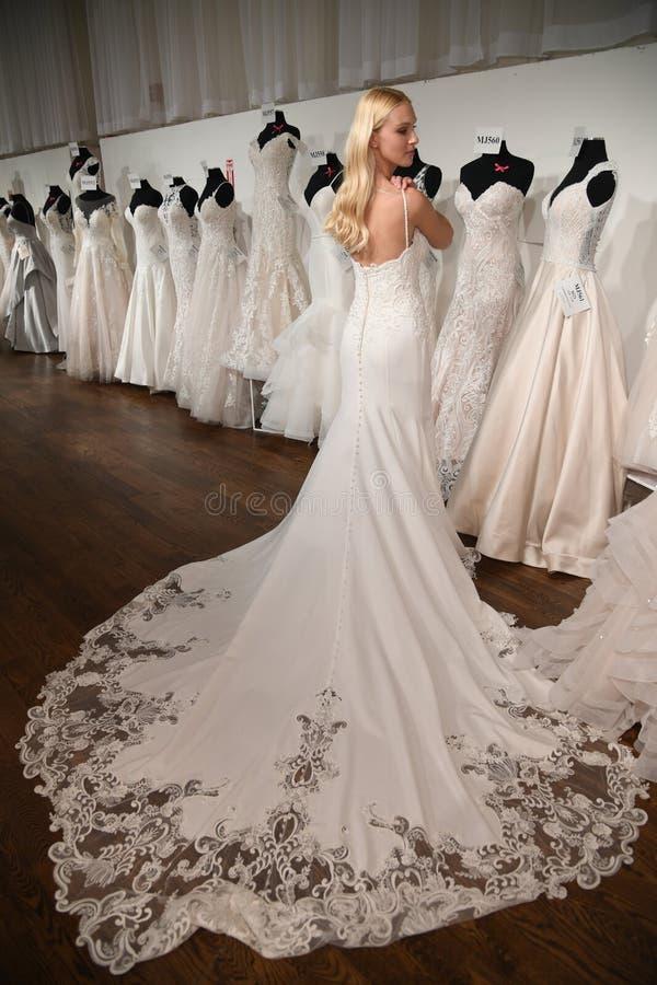 摆在魅力新娘春天2020时尚介绍时的模型 免版税库存照片