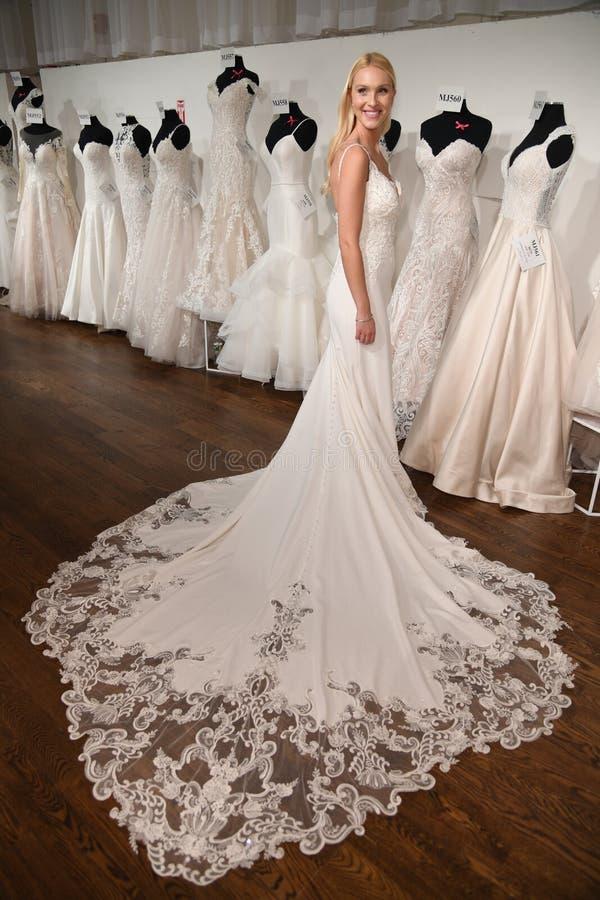 摆在魅力新娘春天2020时尚介绍时的模型 免版税图库摄影