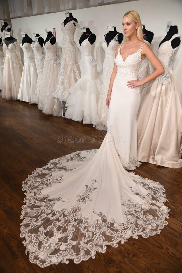 摆在魅力新娘春天2020时尚介绍时的模型 库存照片