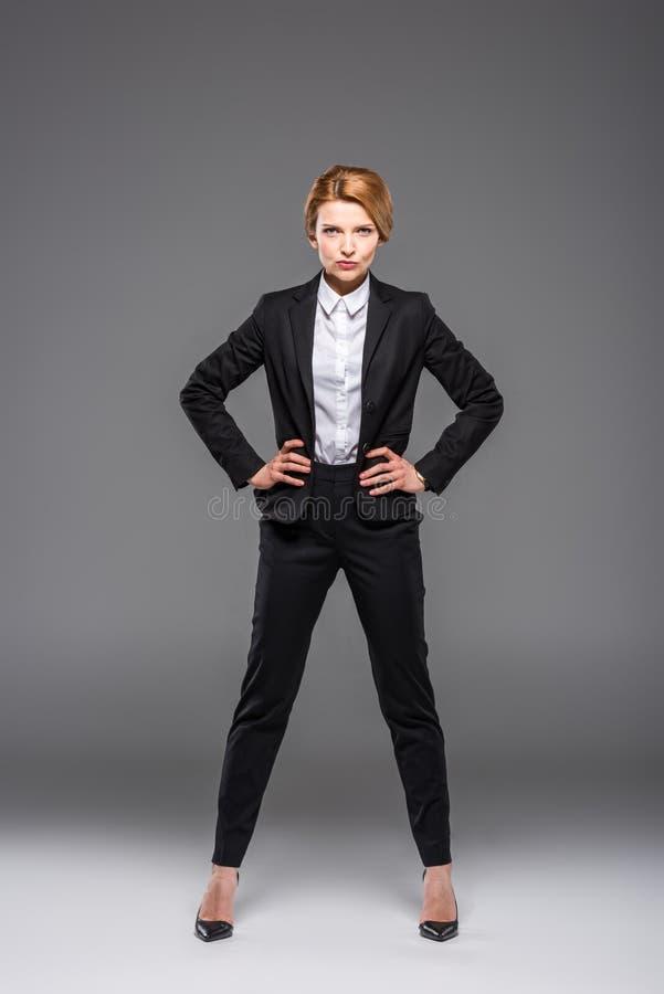 摆在黑衣服的确信的女实业家 库存图片