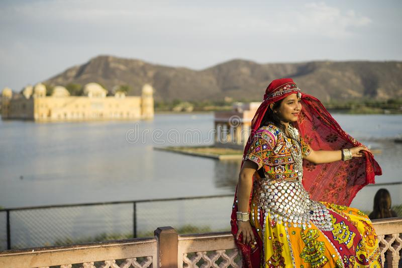 摆在Jal玛哈尔宫殿的漂亮衣服的妇女在斋浦尔印度 免版税图库摄影