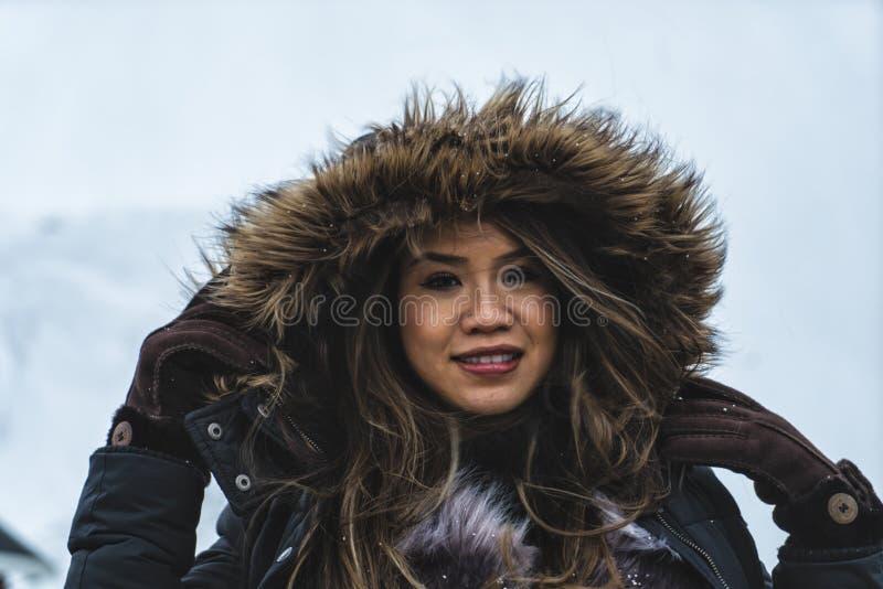 摆在Lofoten海岛的山的妇女 雷讷,挪威 免版税库存图片