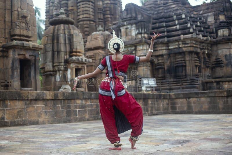 摆在Mukteshvara寺庙,布巴内斯瓦尔,Odisha,印度的后面观点的odissi舞蹈家 免版税库存图片