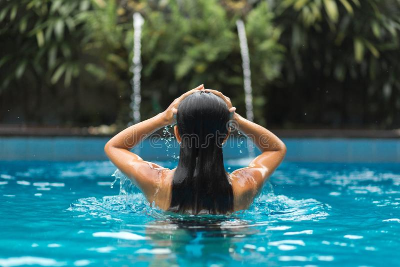 摆在swimpool的妇女 库存图片