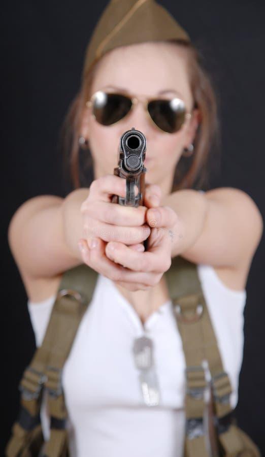 摆在WW2军服和武器的性感的少妇 免版税库存照片