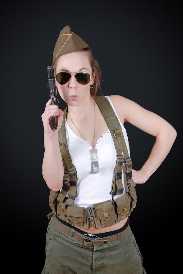 摆在WW2军服和武器的性感的少妇 库存照片