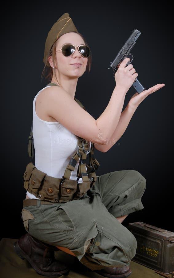摆在WW2军服和武器的性感的少妇 库存图片