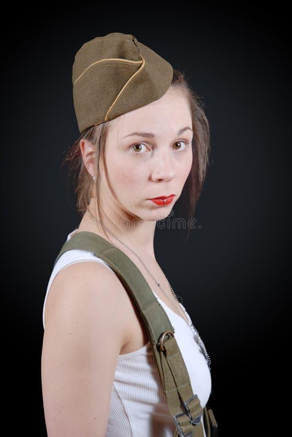 摆在WW2军服的性感的少妇 免版税图库摄影