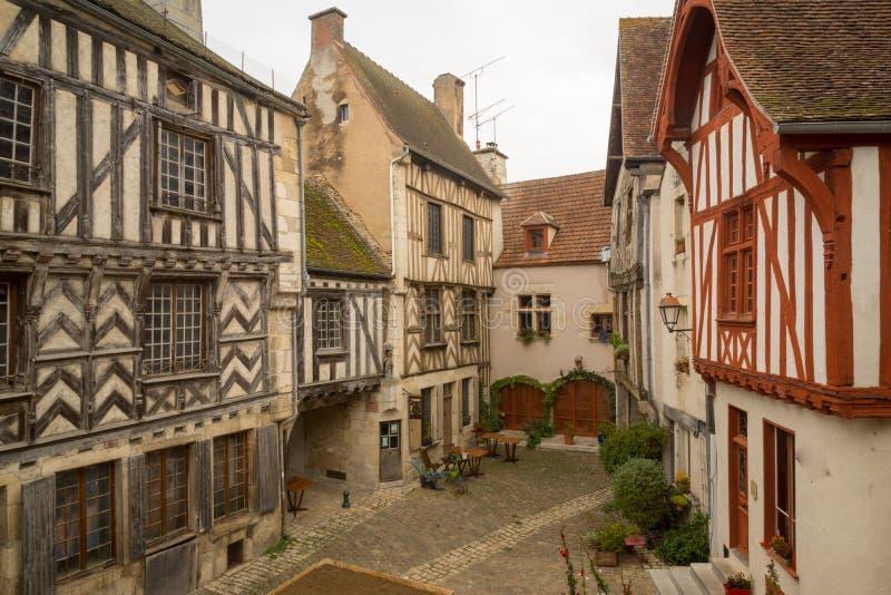 摆正与半木料半灰泥的房子,在中世纪村庄Noyers 免版税库存图片