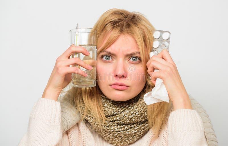 摆脱流感 得到快速的救济 方式感觉更好的快速的流感家补救 女服温暖的围巾,因为病症 库存照片