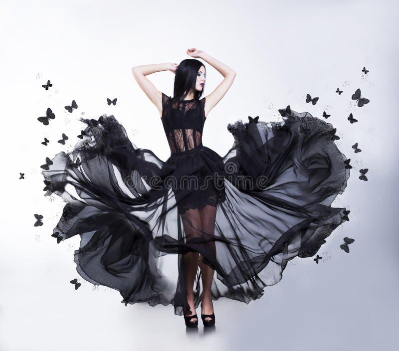 摇摆。 振翼的礼服的妇女有蝴蝶的 库存照片