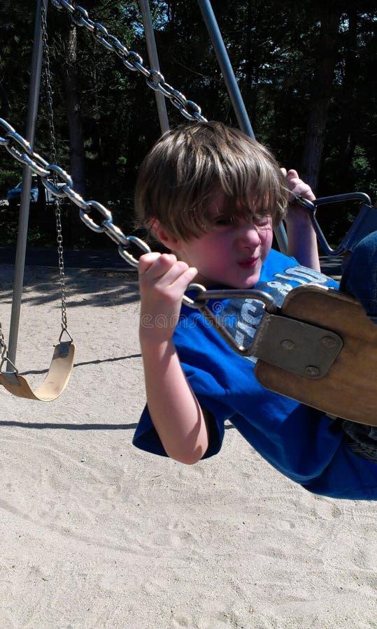 摇摆在公园的男孩 免版税图库摄影