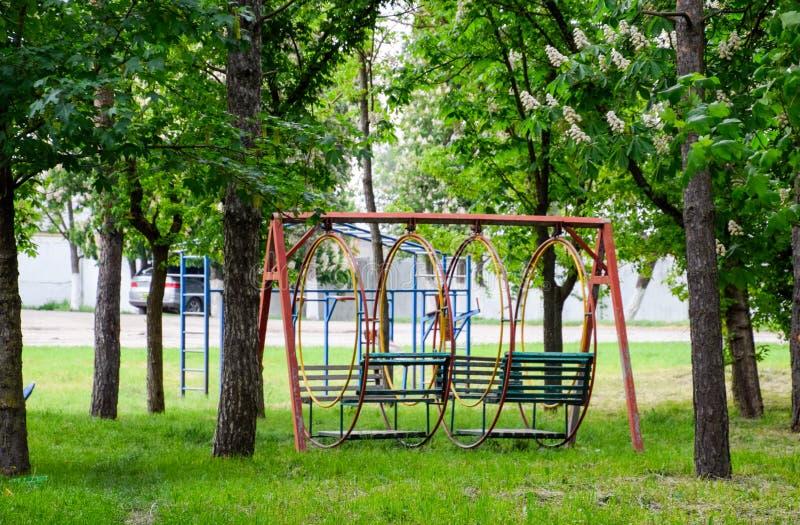 摇摆在公园 儿童的比赛的操场在公园 免版税库存图片
