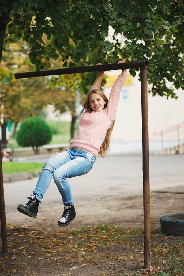 摇摆在标志横线的年轻愉快的女孩 图库摄影