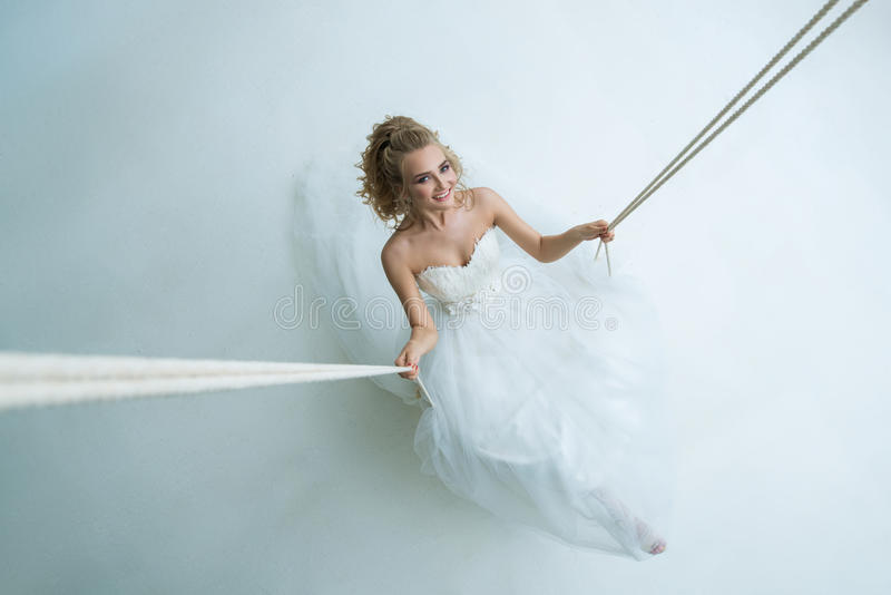 摇摆的华美的年轻新娘在演播室 免版税图库摄影