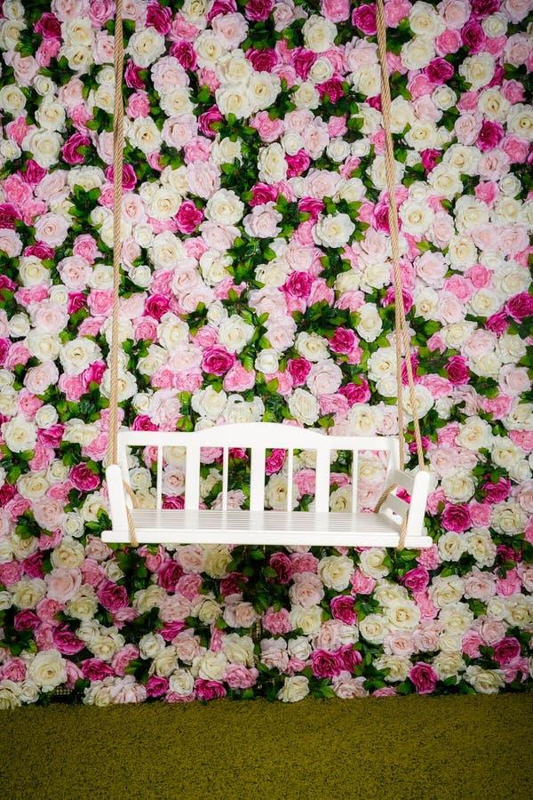 从摇摆的多彩多姿的玫瑰在背景 免版税库存照片