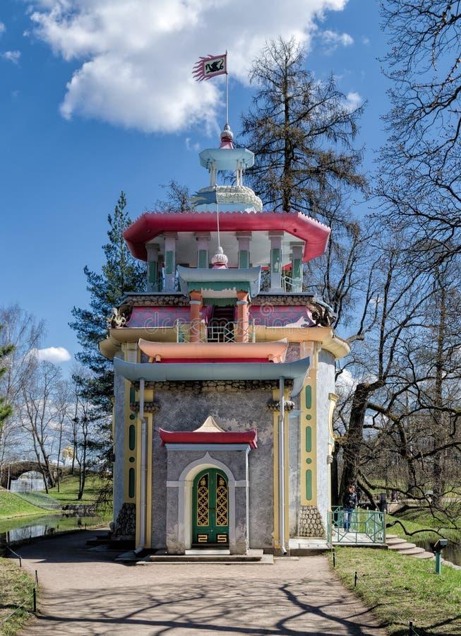 摇摇欲坠的中国塔在凯瑟琳公园在Tsarskoye Selo 库存照片