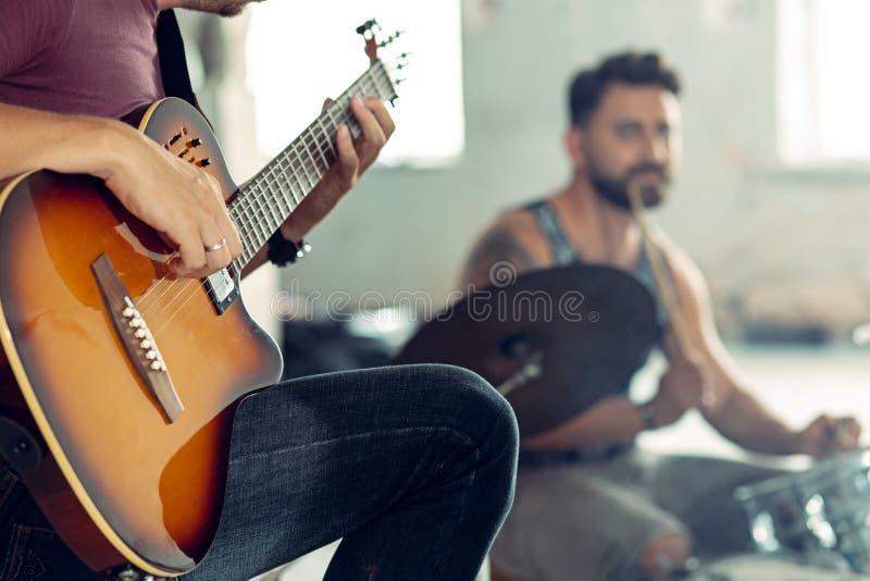 摇滚乐带的重复 电吉他球员和鼓手在鼓集合后 图库摄影