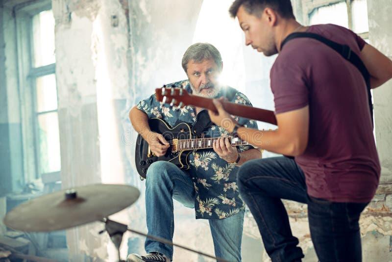 摇滚乐带的重复 电吉他球员 库存图片