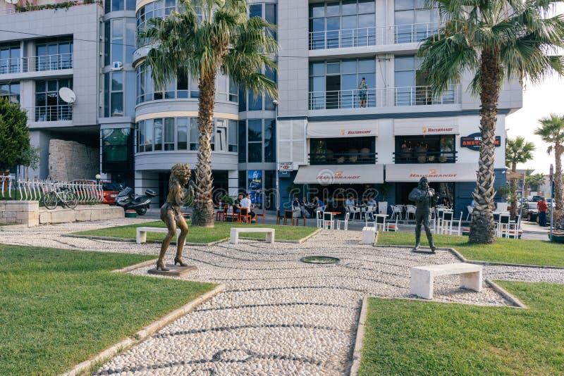 摇滚明星雕塑在一条小大道的在城市都拉斯 A 免版税库存照片