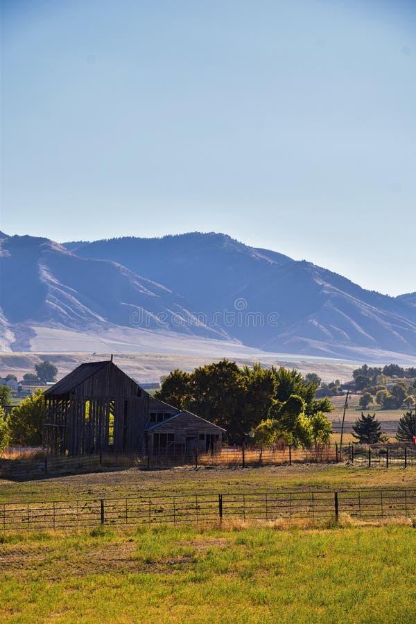 摇石谷风景视图包括韦尔斯维尔山、尼布理、Hyrum、上帝和学院病区镇,犹他州的家 免版税库存图片